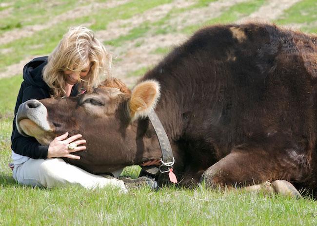 Colleen Patrick-Goudreau與Linus在農場動物庇護所。Photo:Connie Pugh